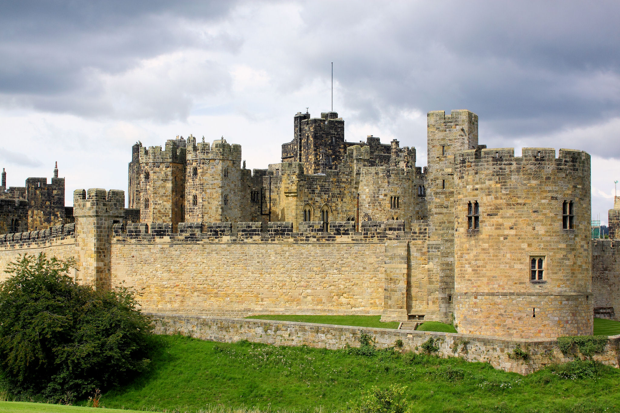 Alnwick castle main wall northumberland
